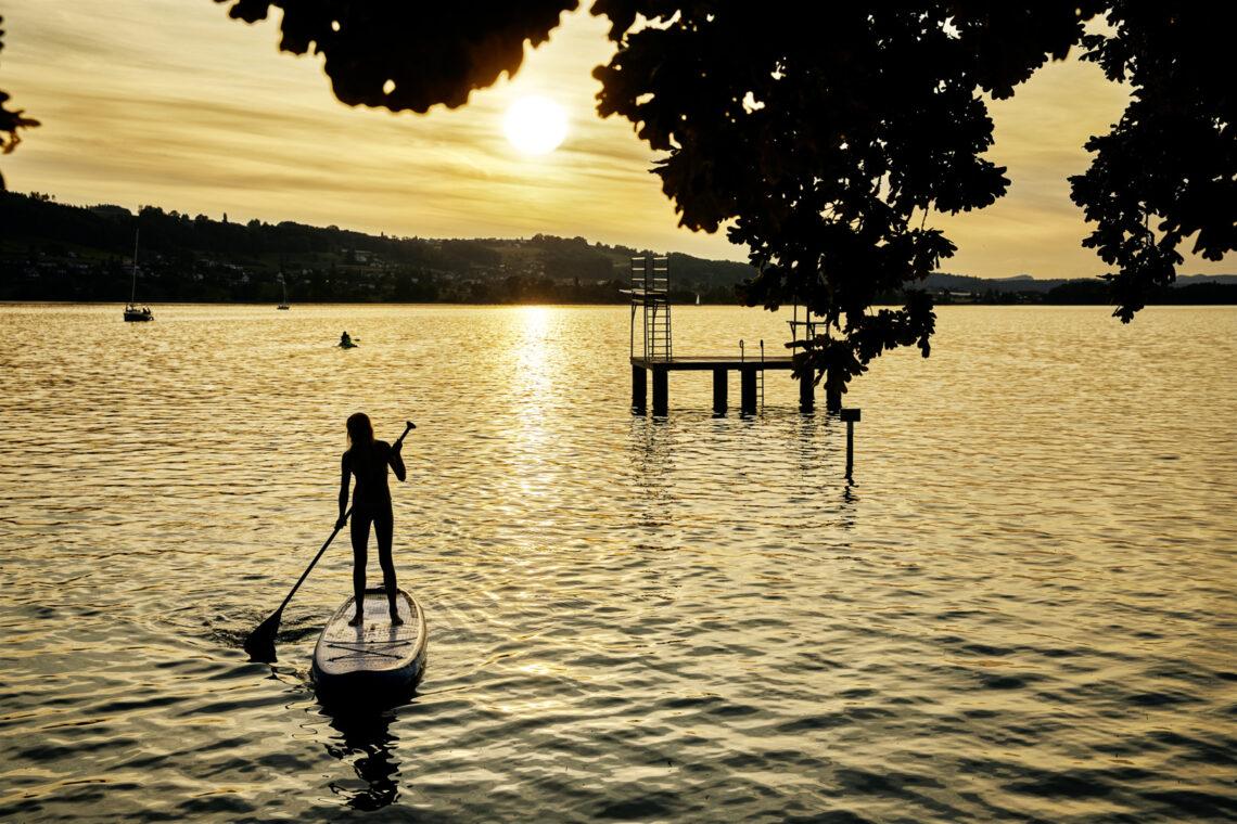 Mit dem Stand-up-Paddle auf dem Hallwilersee bei Sonnenuntergang.